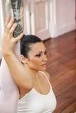 Posizione spaccata di pratica della ballerina nello studio di addestramento Immagini Stock Libere da Diritti