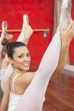 Posizione spaccata di pratica della ballerina sicura in studio Immagine Stock