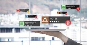 Posizioni di rassegna di App nella realtà aumentata con la finestra della città fotografia stock
