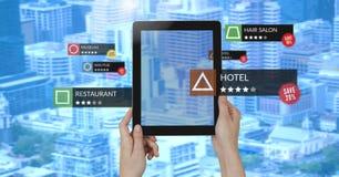 Posizioni di rassegna di App nella realtà aumentata con le costruzioni della città fotografia stock