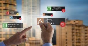 Posizioni di rassegna di App nella realtà aumentata con le costruzioni della città immagini stock libere da diritti