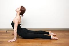 Posizioni di yoga dal padrone di yoga della donna a Costantinopoli, Turchia fotografia stock libera da diritti