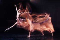 Posizioni flessibili abili di ballo di rappresentazione della donna fotografia stock libera da diritti