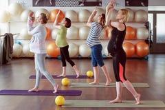 Posizioni laterali diritte di allungamento di yoga di rilassamento Fotografia Stock