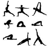 Posizioni nere delle siluette di asanas di yoga isolate su un fondo bianco illustrazione vettoriale