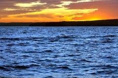 Posluminiscencia espectacular de la puesta del sol del cielo de la tarde sobre el lago imagen de archivo libre de regalías