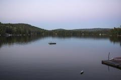 Posluminiscencia púrpura en el lago mountain View, Sunapee, New Hampshire Imagen de archivo