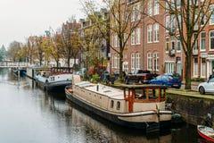 Pospolici holenderów domy, Houseboats Na Amsterdam kanale W jesieni i Zdjęcia Royalty Free