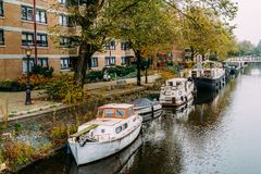 Pospolici holenderów domy, Houseboats Na Amsterdam kanale W jesieni i Obrazy Royalty Free