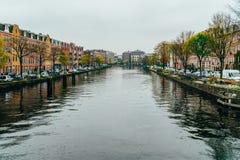 Pospolici holenderów domy, Houseboats Na Amsterdam kanale W jesieni i Zdjęcie Stock