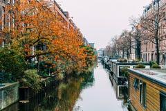 Pospolici holenderów domy, Houseboats Na Amsterdam kanale W jesieni i Zdjęcia Stock