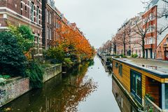 Pospolici holenderów domy, Houseboats Na Amsterdam kanale W jesieni i Obrazy Stock