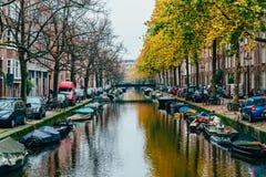Pospolici holenderów domy, Houseboats Na Amsterdam kanale W jesieni i Obraz Royalty Free