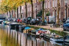 Pospolici holenderów domy, Houseboats Na Amsterdam kanale W jesieni i Fotografia Royalty Free