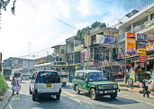 Pospolity Sri Lankian tłoczył się ulicę z różnym transportem i pedestrians na Dec 7, 2011 w Kolombo Zdjęcie Stock