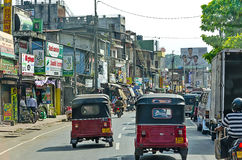 Pospolity Sri Lankian tłoczył się ulicę z różnym transportem i pedestrians na Dec 7, 2011 w Kolombo Zdjęcie Royalty Free