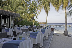 Posponga la regolazione ad una barra su un'isola tropicale Immagini Stock Libere da Diritti