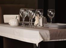 Posponga la regolazione Presenti gli oggetti sulla tavola nel ristorante fotografia stock libera da diritti