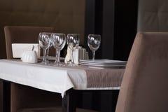 Posponga la regolazione Presenti gli oggetti sulla tavola nel ristorante fotografie stock libere da diritti