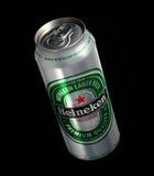 Possa di Heineken Lager Beer su fondo nero fotografia stock