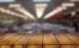 possa usado para a exposição seus produtos no blurr de madeira vazio da tabela fotografia de stock