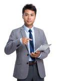 Posse asiática do homem de negócios com PC da tabuleta Foto de Stock