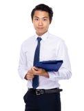 Posse atrativa do homem de negócios com prancheta Imagens de Stock Royalty Free