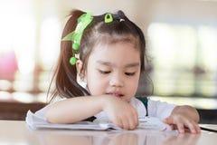 Posse bonita asiática da menina da educação e do conceito da escola (japão, chinês, Coreia) um livro e uma leitura Imagem de Stock Royalty Free