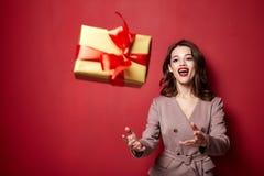 Posse bonita bonita do partido de Eve New Year do Feliz Natal da celebração do vestido do estilo do desgaste de mulher do modelo  fotos de stock