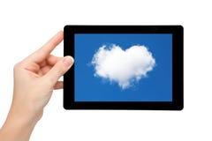 Posse da mão da mulher uma tabuleta com céu azul e nuvem no coração de Fotografia de Stock Royalty Free