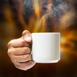 Posse da mão no copo de café Imagem de Stock