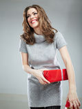 Posse da mulher da caixa de presente contra o fundo cinzento Imagem de Stock Royalty Free