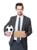 Posse do gerente do futebol com bola de futebol e prancheta fotografia de stock royalty free
