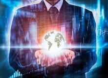 Posse do homem de negócio o mundo digital do negócio na aleta do mercado de valores de ação Fotos de Stock Royalty Free