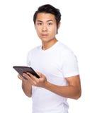 Posse do homem novo com PC da tabuleta Imagens de Stock