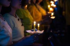 A posse dos povos candles a luz na noite Fotografia de Stock Royalty Free