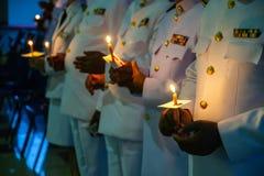 A posse dos povos candles a luz na noite Imagens de Stock Royalty Free