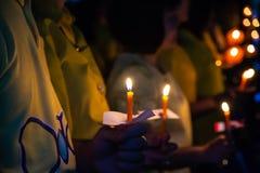 A posse dos povos candles a luz na noite Fotos de Stock Royalty Free
