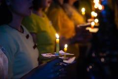 A posse dos povos candles a luz na noite Imagem de Stock Royalty Free