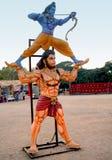 Posse hindu Sri Rama do ídolo de Hanuman do deus com suas mãos como o tiro de Rama com curva e seta fotografia de stock royalty free
