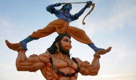 Posse hindu Sri Rama do ?dolo de Hanuman do deus com suas m?os como o tiro de Rama com curva e seta imagens de stock royalty free