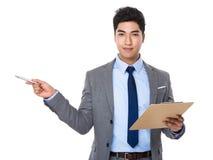 Posse nova do homem de negócios com ponto da prancheta e de pena acima Imagens de Stock