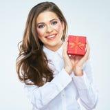 Posse vermelha de sorriso da caixa de presente da mulher Fundo branco Fotos de Stock