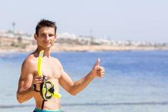Posses de sorriso novas do homem que mergulham a engrenagem Fotos de Stock