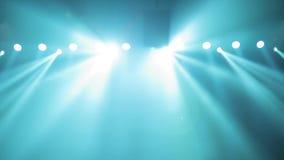 Possibilidade remota de cena, luz da fase com projetores coloridos e fumo Projetores azuis no brilho do fumo na fase video estoque
