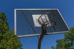 Possibilità di gioco della pallacanestro in un parco immagine stock