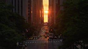 Possibilité éloignée cinématographique d'effet de coucher du soleil de New York City Manhattanhenge clips vidéos