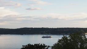 Possibilité éloignée d'un ferry sain de puget approchant Seattle banque de vidéos