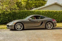 Possibilité éloignée d'un jeune homme à l'intérieur de Porsche Cayman Scène urbaine image stock