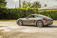 Possibilité éloignée d'un jeune homme conduisant Porsche Cayman Scène urbaine photo stock